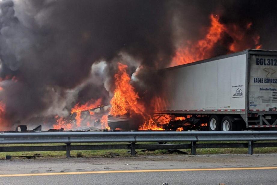 Les autorités ont maîtrisé l'incendie, mais une partie... (PHOTO AP)