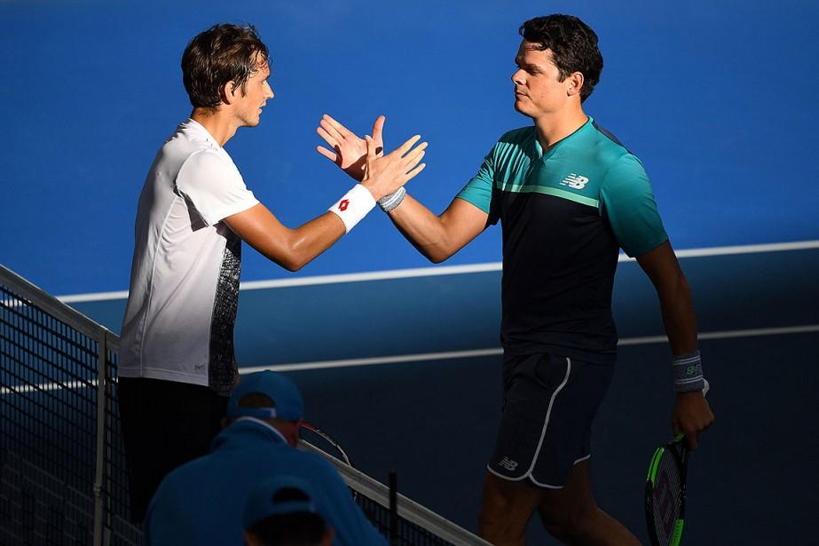 Daniil Medvedev (à gauche) et Milos Raonic, après... (Photo SAEED KHAN, AFP)