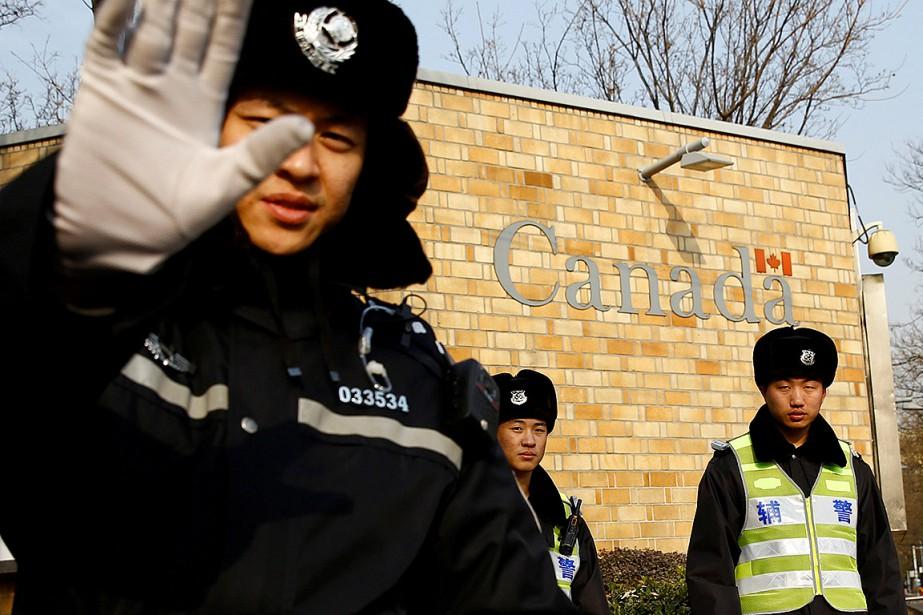 Des policiers postés à l'extérieur de l'ambassade du... (Photo THOMAS PETER, archives REUTERS)