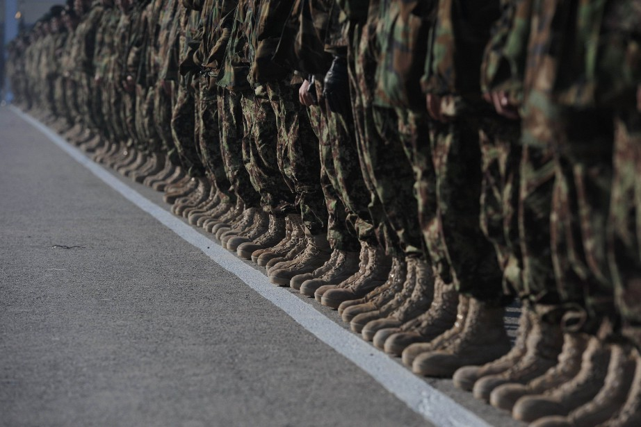 Newly graduated Afghan National Army (ANA) soldiers stand... (Photo SHAH MARAI, archives AFP)
