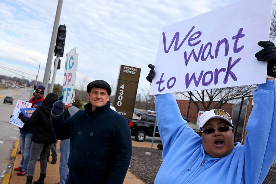 Des travailleurs touchés par la paralysie gouvernementale ont... (Photo Christian Gooden, Associated Press)