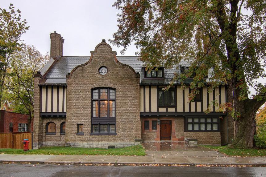 La maison plus que centenaire est avantageusement situŽée... (Photo fournie par Royal Lepage Héritage)