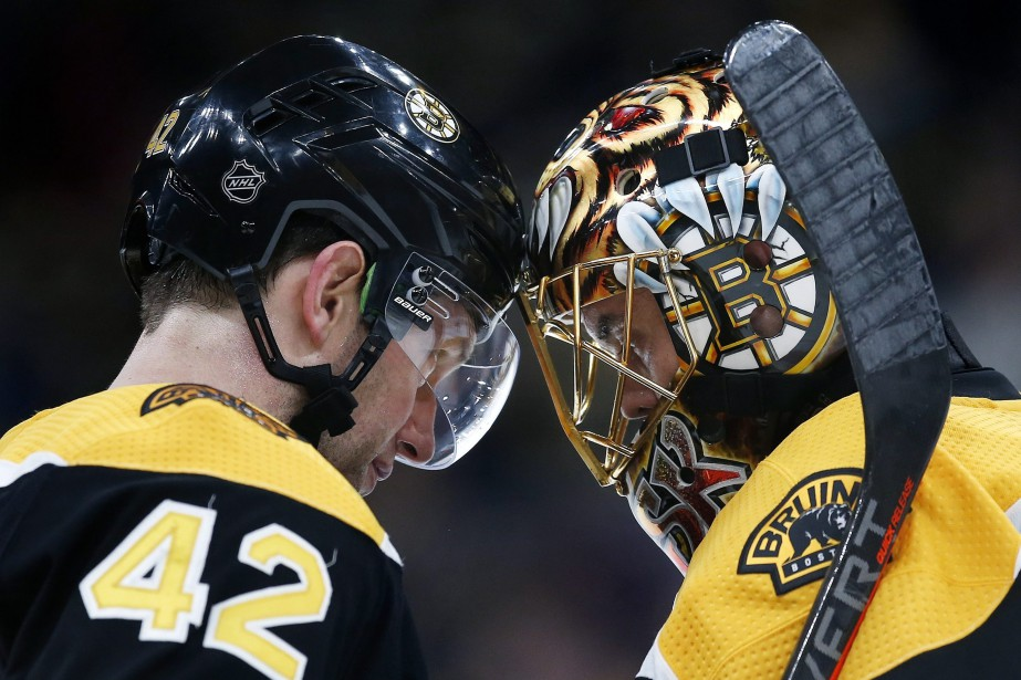 David Backes (42) et Tuukka Rask des Bruins... (Photo Michael Dwyer, AP)
