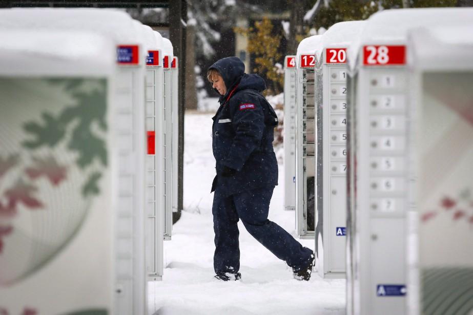 Le prix d'un timbre acheté à l'unité et... (Photo Jeff McIntosh, La Presse canadienne)