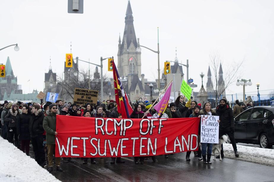 Des manifestants ont notamment dénoncé mardi à Ottawa... (PHOTO PC)