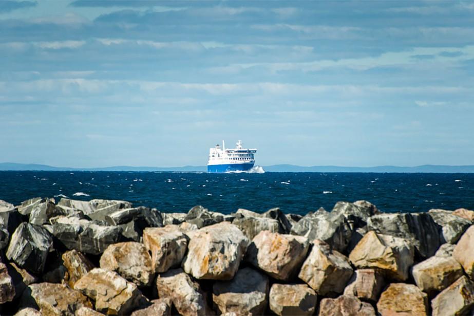 PHOTO TIRÉE DU SITE WWW.TRAVERSIERS.COM/FR/A-PROPOS-DE-LA-SOCIETE/NOS-NAVIRES/NM-F-A-GAUTHIER/... (Le F. -A. -Gauthier, qui assure normalement un lien maritime quotidien entre les deux rives du fleuve Saint-Laurent, a quitté Matane dimanche pour Baie-Comeau.)