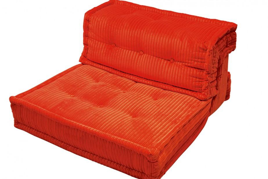 Le fauteuil Mah Jong Hiru, à l'assise en velours côtelé, a été imaginé pour Roche Bobois. Il est offert dans une grande variété de tissus, dont celui-ci. Prix sur demande. | 9 janvier 2019