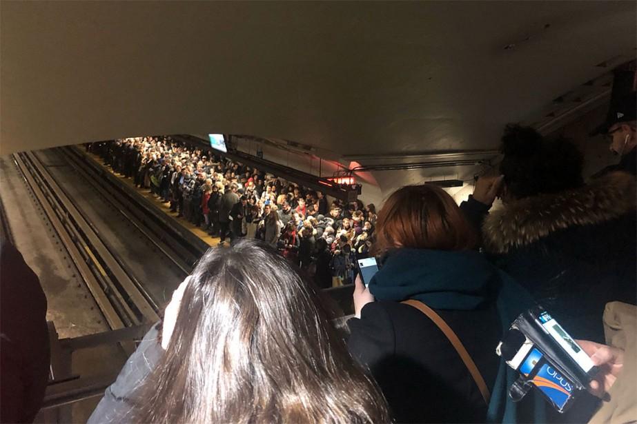 Foule-monstre à la station Beaubien, hier matin, à... (PHOTO TIRÉE DU COMPTE TWITTER DE CARL CHAREST)