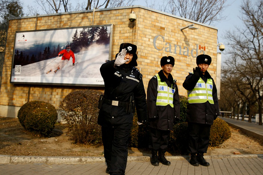 Des policiers chinois devant l'ambassade du Canada en... (Photo THOMAS PETER, archives REUTERS)