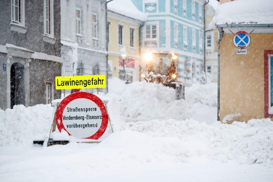 Un panneau de signalisation met en garde contre... (Photo ERWIN SCHERIAU, AFP)