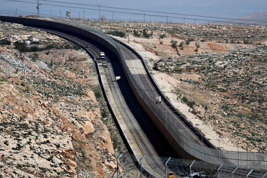 La route4370, qui serpente sur quelques kilomètres au... (Photo THOMAS COEX, AFP)