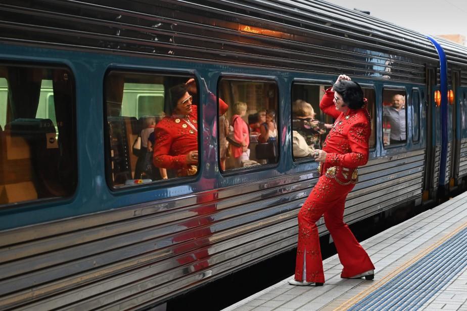 Des centaines de fans d'Elvis Presley sont réunis... (Photo PETER PARKS, AFP)