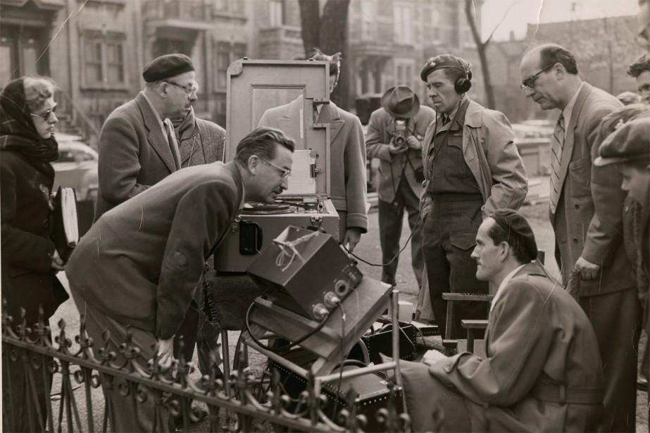 Sur le plateau du film Tit-Coq, Gratien Gélinas... (Photo Archives Nationales du Canada, Fonds Gratien-Gélinas)