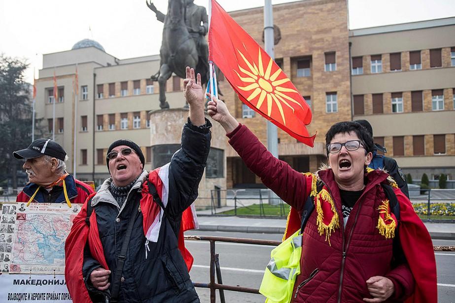 Des manifestants font connaître leur opposition au processus... (Photo ROBERT ATANASOVSKI, archives Agence France-Presse)