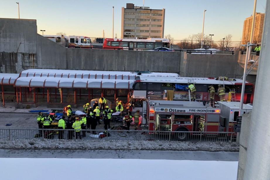 Un accident d'autobus à Ottawa fait plusieurs blessés et des morts   FANNY LÉVESQUE   Faits divers