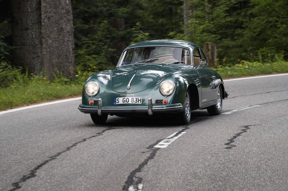 À l'époque, la genèse de cette voiture, élaborée dans les années 40, n'était pas très claire. Conçue sous la direction de Ferry Porsche, la 356 semblait dérivée assez étroitement de l'antique VW Coccinelle conçue avant la guerre par son père, le célèbre ingénieur Ferdinand Porsche. D'ailleurs, la 356 en conserve intégralement l'architecture à moteur arrière en porte-à-faux, et en substance, les trains roulants ainsi que la base du moteur à quatre cylindres à plat opposés et refroidi par air. ()