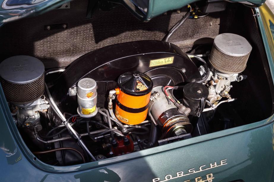Gavé par deux carburateurs, le moteur 1,6 litre de la 356A 1600 Super apparu en 1954 ressemblait étrangement à celui de Volkswagen. Seulement en apparence. Le bloc moteur en fonte propre aux moteurs VW de l'époque avait été fondu dans un matériau plus noble, l'aluminium. Le carter comptait trois parties et les alésages de la tête et du pied des bielles enduites de chrome et ensuite polis. Beaucoup d'efforts pour atteindre 59 chevaux et 81 livres-pied de couple… ()
