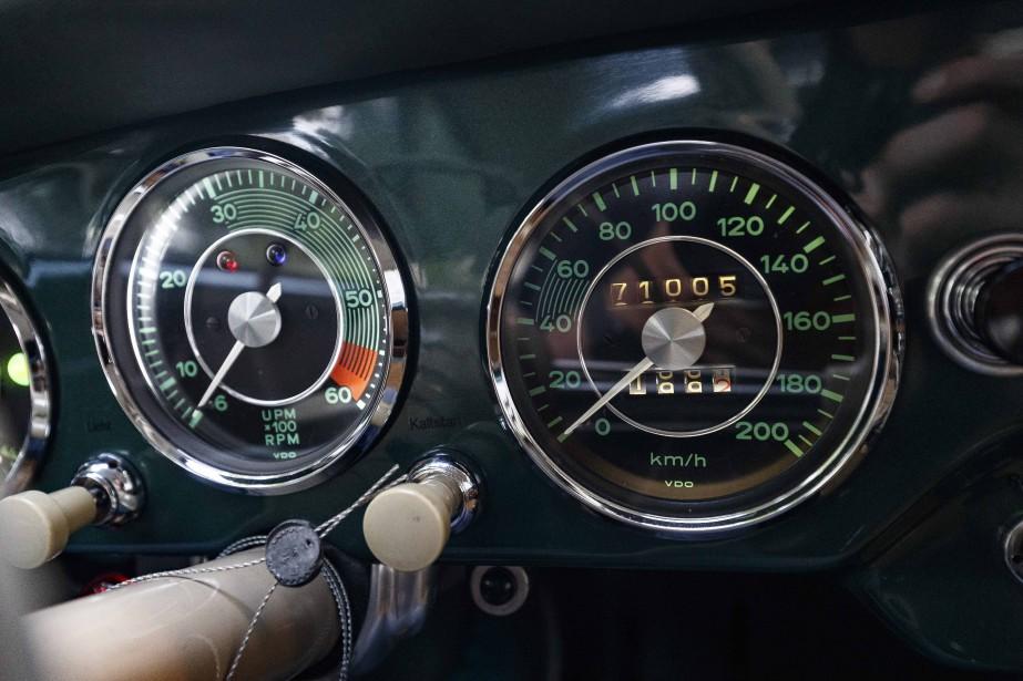Un bloc d'instrumentation plutôt optimiste. La vitesse maximale inscrite au compteur ne sera jamais atteinte au volant de cette 356 A de 1956. Les plus téméraires pourront atteindre 165 km/h et les plus habiles mettront près de 11 secondes pour atteindre les 100 km/h. Bien avant d'atteindre cette vitesse déjà, les remous d'air et le bruit de roulement des pneus vous placent déjà au cœur d'un orchestre qui n'éprouve aucun complexe à se faire entendre. ()