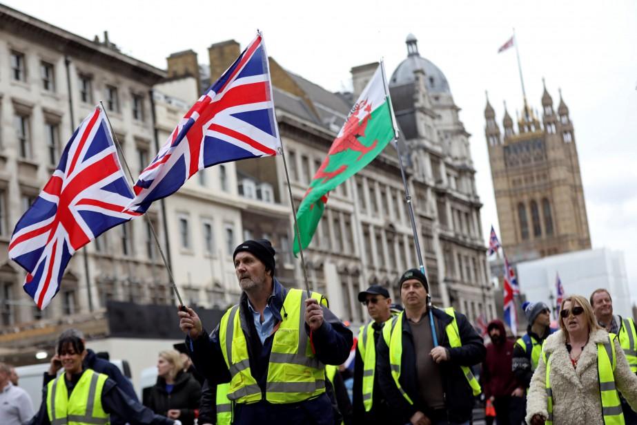 Des manifestants revêtus d'un gilet jaune ont défilé... (Photo SIMON DAWSON, REUTERS)