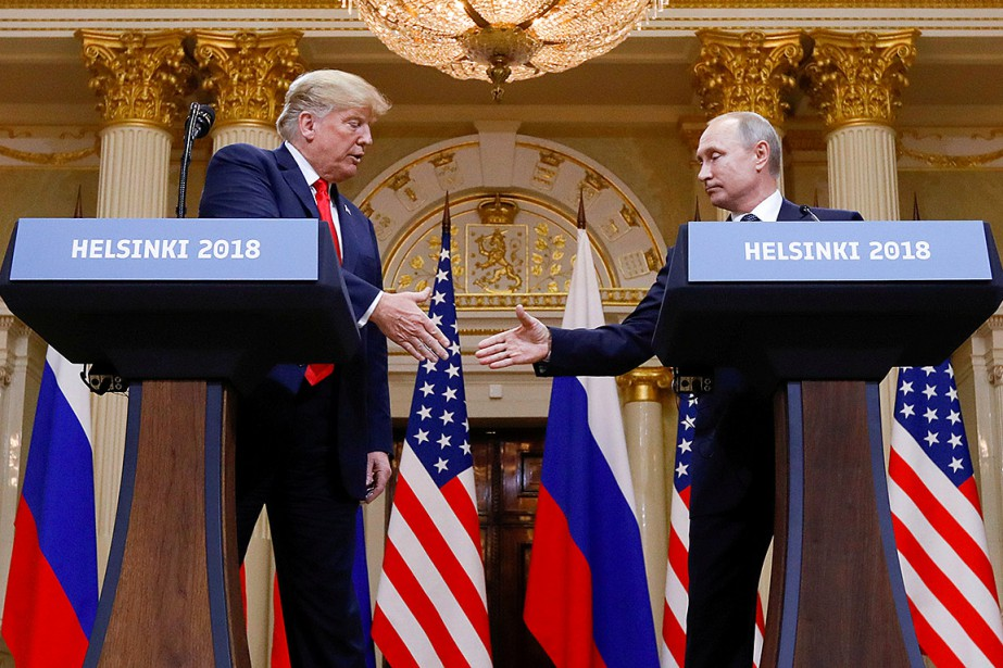 Donald Trump et Vladimir Poutine se serrent la... (Photo Kevin Lamarque, archives REUTERS)
