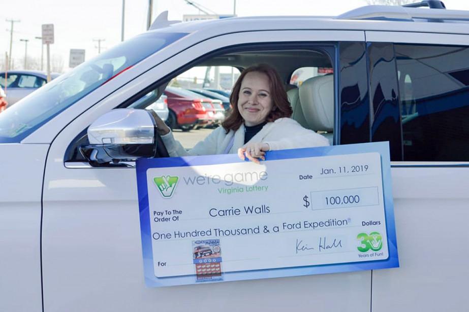 Outre les 100000dollars, Carrie Walls a également reçu... (PHOTO FOURNIE PAR VIRGINIA LOTTERY)