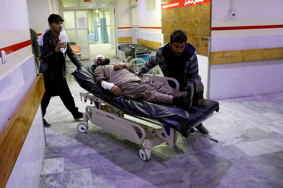 Un blessé est amené à l'hôpital à la... (Photo OMAR SOBHANI, REUTERS)