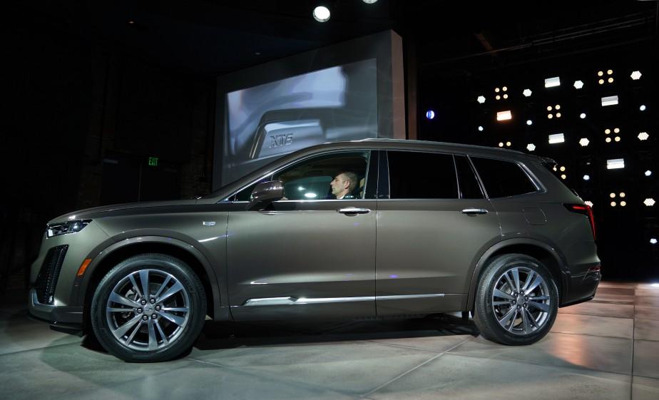 Le VUS Cadillac XT6 à trois rangées de sièges lors de son dévoilement ce matin à Détroit. (AFP)