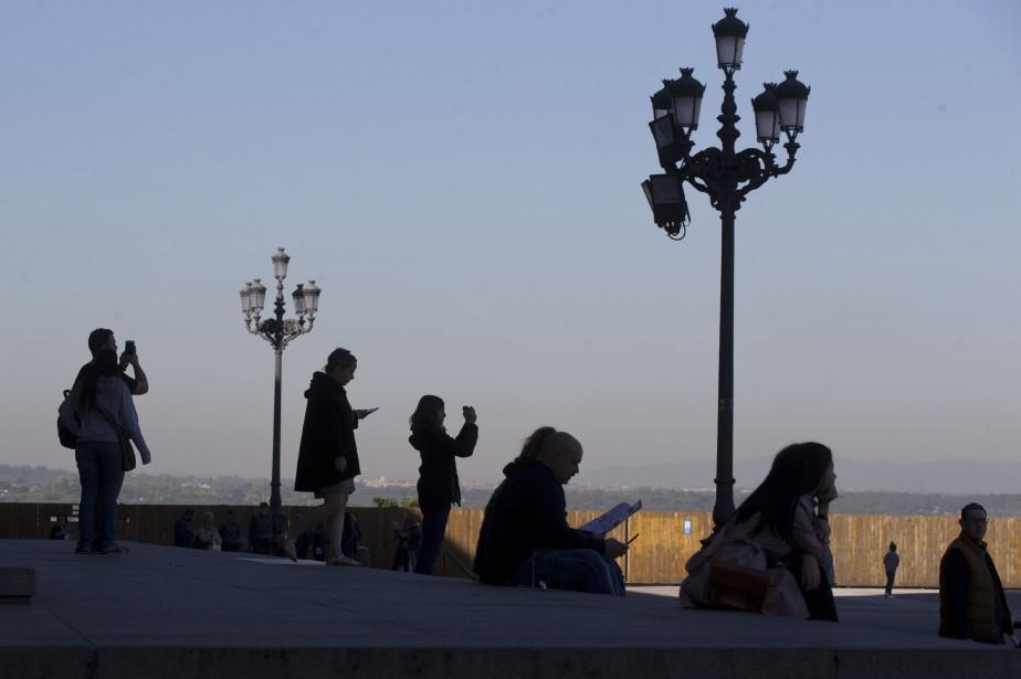 Des touristes au Palais royal de Madrid... (Photo Paul White, archives AP)