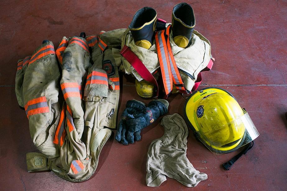 Sur cette photo d'archives, un uniforme de pompier... (Photo MARTIN TREMBLAY, archives La Presse)