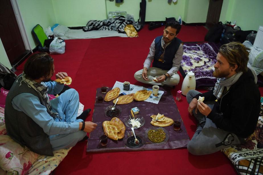 Naser Majidi (au centre) a hébergé six personnes... (Photo WAKIL KOHSAR, AFP)