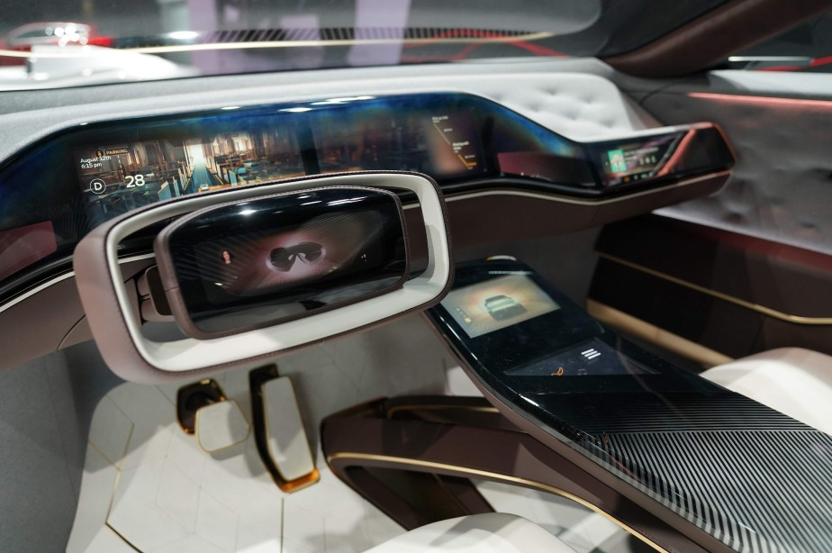 Le volant rectangulaire du QX Inspiration est recouvert de cuir souple marron et blanc. On y aperçoit un écran vidéo à gauche du logo d'Infiniti. | 16 janvier 2019