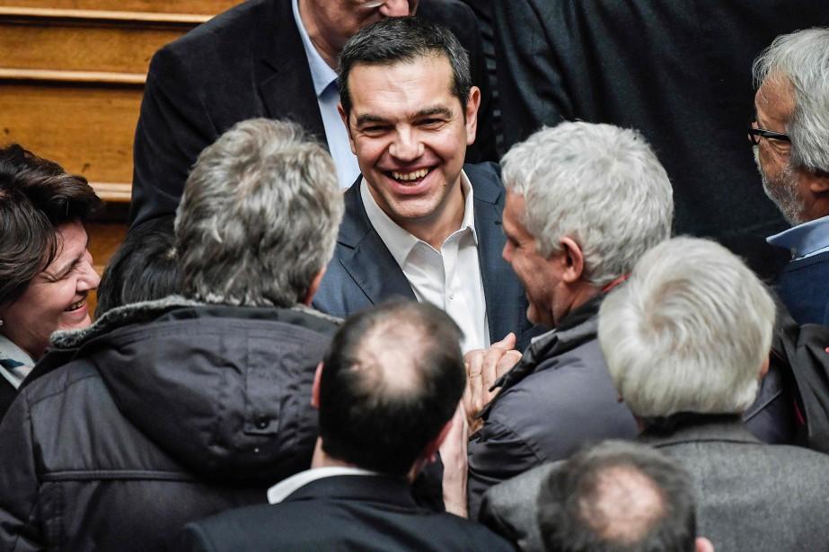 Alexis Tsipras (au centre)... (Photo LOUISA GOULIAMAKI, Agence France-Presse)