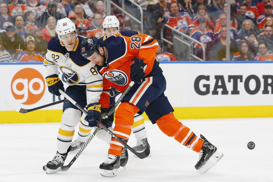 Kyle Brodziak (28) des Oilers d'Edmonton et Nathan... (Photo Perry Nelson, archives USA TODAY Sports)