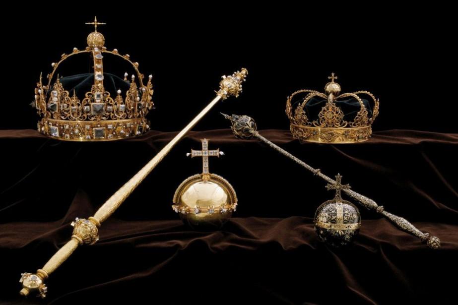 Les deux couronnes et l'orbe utilisés lors des... (Photo archives Reuters)