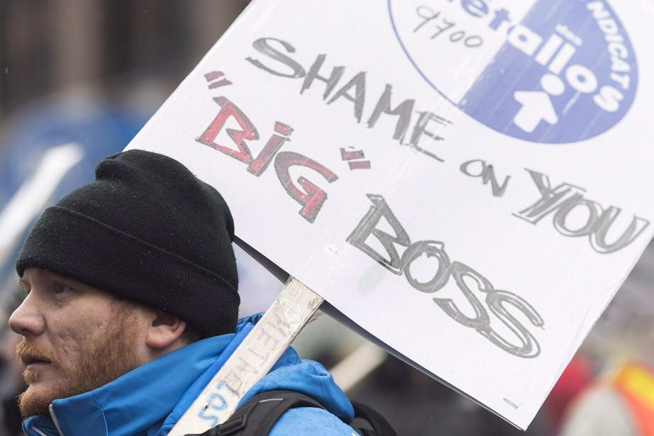 Un travailleur lors d'une manifestation à Montréal le... (Photo Graham Hughes, archives La Presse canadienne)