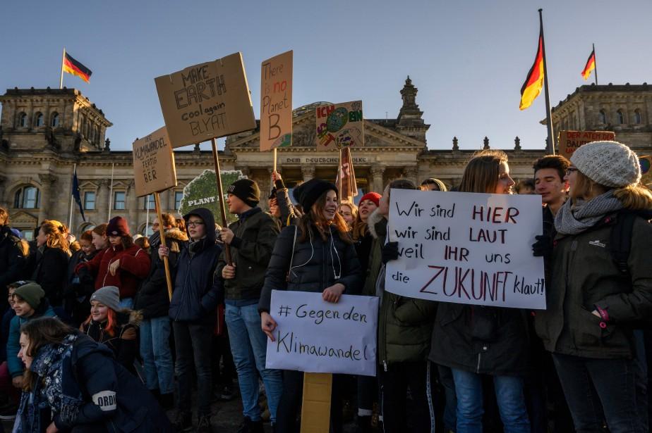 À Berlin, les manifestants ont ciblé une décision... (Photo JOHN MACDOUGALL, Agence France-Presse)