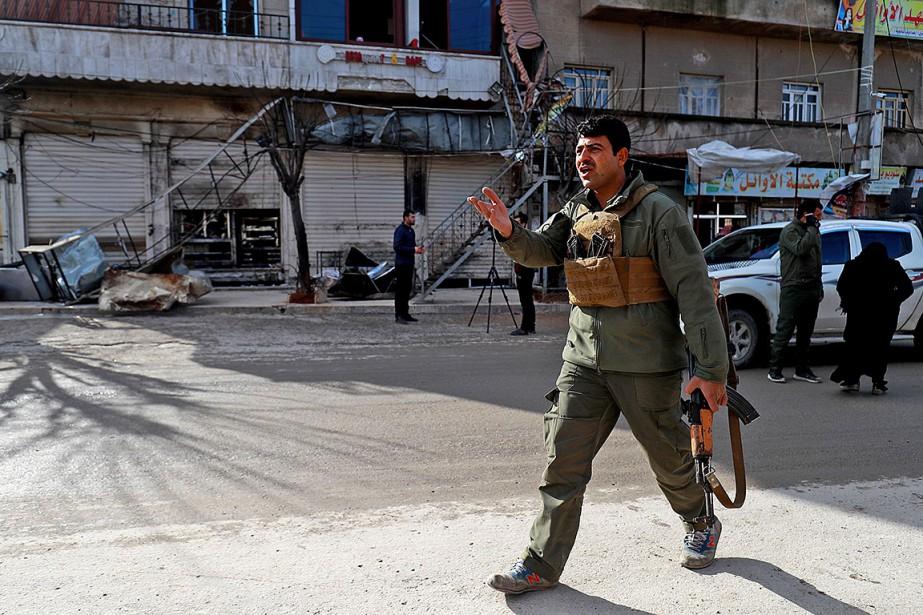 Un membre des forces de sécurité assure une... (Photo DELIL SOULEIMAN, Agence France-Presse)