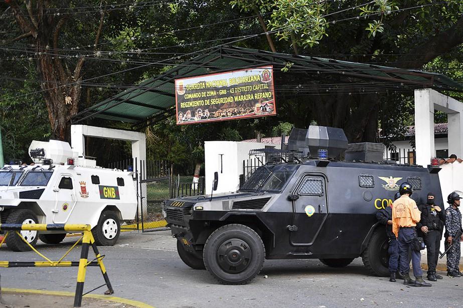 Des chars blindés sont stationnés devant le quartier... (PHOTO AFP)