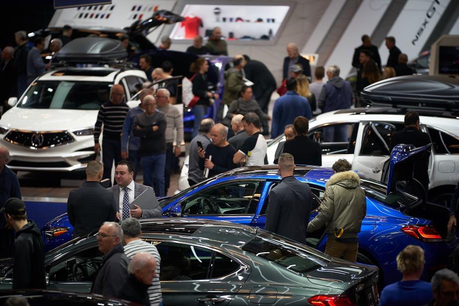 Des visiteurs inspectent les BMW au stand du constructeur bavarois. | 21 janvier 2019