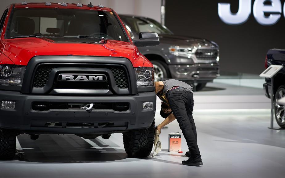 Un employé applique un produit lustrant sur les pneus de ce Ram 1500. | 21 janvier 2019