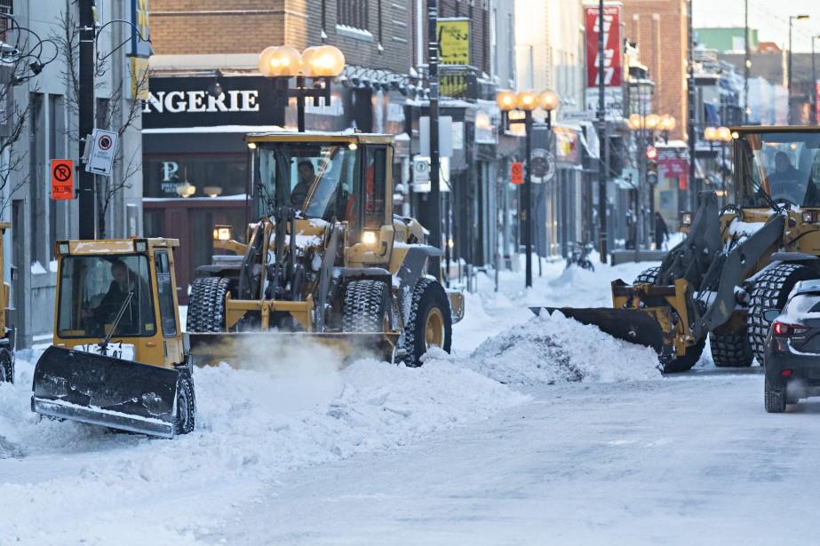 Le chargement de la neige a débuté lundi... (Photo PatrickSanfaçon, La Presse)