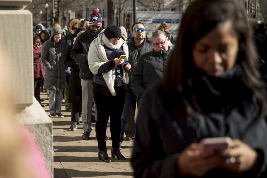Des employés fédéraux contraints au chômage forcé font... (PHOTO AP)
