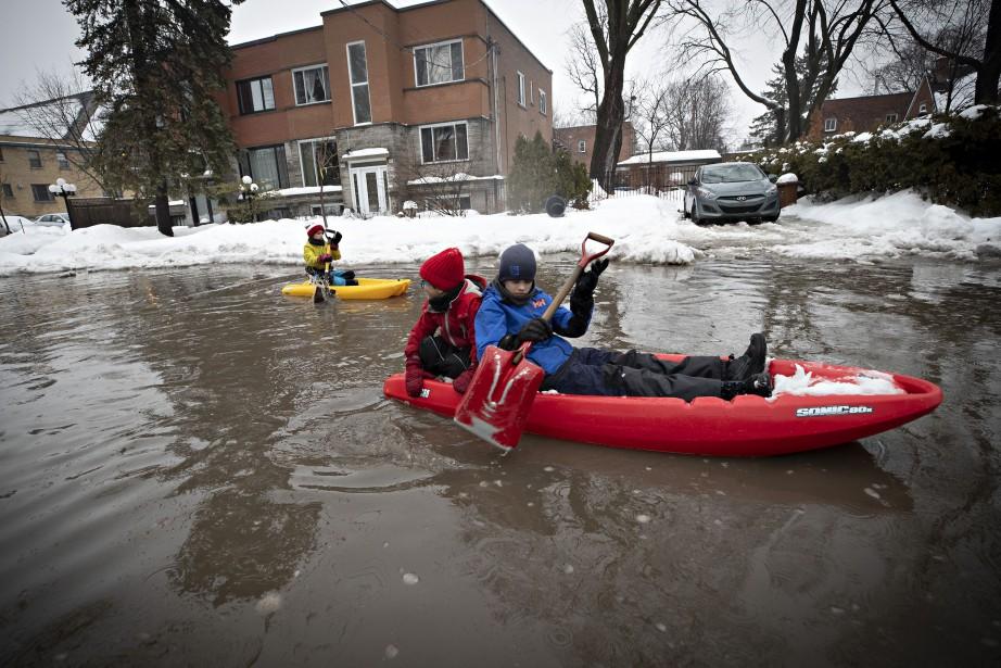 Des enfants font du kayak sur la 40e... (Photo Patrick Sanfaçon, La Presse)