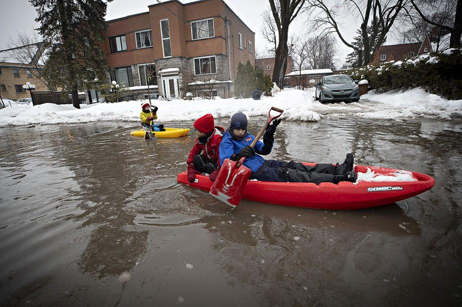 Des enfants ont fait du kayak hier sur... (Photo PATRICK SANFAÇON, LA Presse)