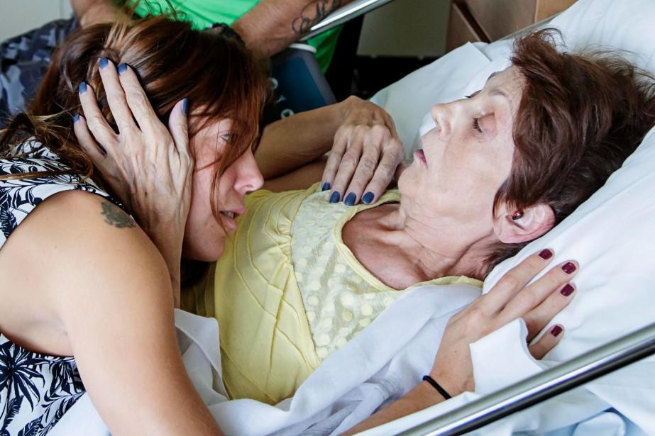 Apprendre à mourir - On la nie, on la tait. On la craint, surtout. Pourtant, la mort fait partie de la vie. Pendant six mois, la journaliste Catherine Handfield et le photographe Alain Roberge ont suivi le parcours de deux femmes atteintes d'un cancer incurable à la Maison des soins palliatifs de Laval. Ils les ont accompagnées, elles et leur famille, dans l'attente de la mort, avec les émotions et chamboulements qui ponctuent ces moments difficiles. | 25 janvier 2019
