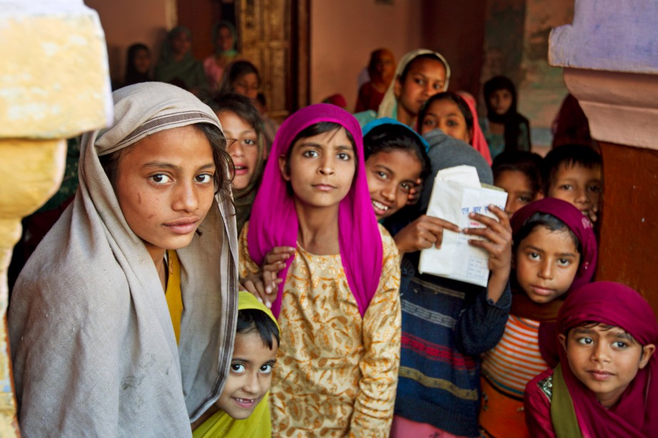 Et tombent les filles... - Saviez-vous que 200 millions de filles manquent à l'appel dans le monde ? En 2013, nous avons voulu comprendre pourquoi. Notre enquête nous a menés en Inde et en Chine, où nous avons récolté des histoires d'horreur et de courage: une fillette jetée à la rivière tout juste après sa naissance; une Indienne ayant refusé l'avortement malgré les pressions familiales. Notre enquête a aussi révélé que la sexo-sélection se pratique aussi à Montréal. | 25 janvier 2019