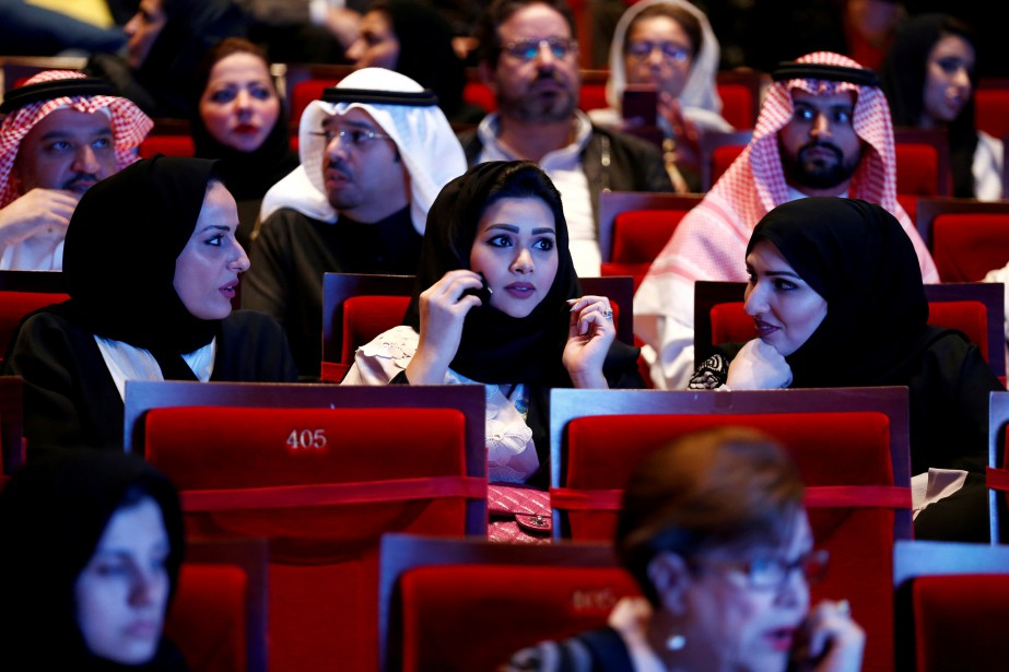 Le printemps saoudien - Un vent de modernité souffle sur l'Arabie saoudite depuis l'arrivée au pouvoir du prince héritier Mohammed ben Salmane, qui mène bien des changements au Royaume: les femmes peuvent maintenant assister à des matchs de soccer, voire conduire des voitures. Certains parlent d'une révolution, mais tout n'est pas gagné pour les droits de la personne et l'égalité des sexes, raconte Michèle Ouimet dans une série de reportages qui s'est échelonnée sur cinq jours. | 25 janvier 2019