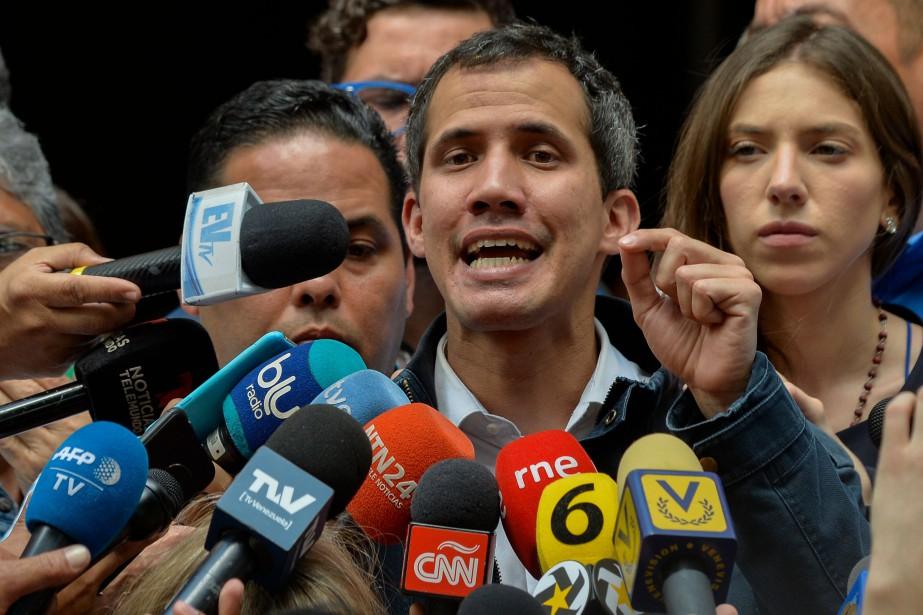 Le bras de fer se poursuit à Caracas... (Photo LUISROBAYO, AFP)