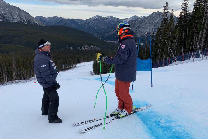 "L'entraî""neur Serge Dugas discute avec Manuel Osborne-Paradis lors... (Photo fournie par Canada Alpin)"
