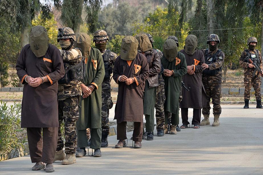 De présumés talibans sont escortés par des soldats... (Photo NOORULLAH SHIRZADA, Agence France-Presse)